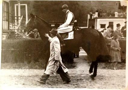 mladý pan Stára na koni Tornádo před dostihem pánských jezdců