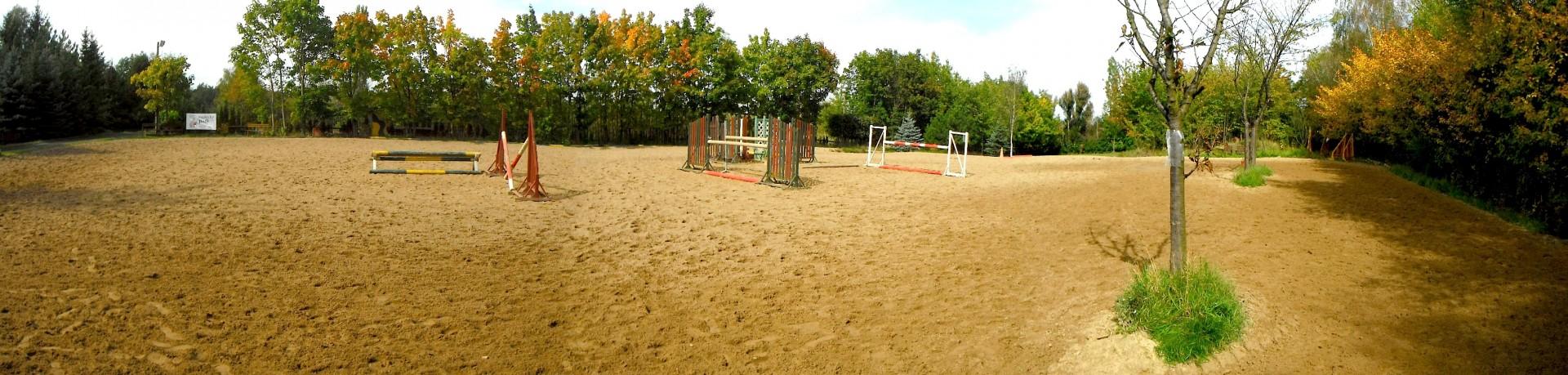 pískové kolbiště na jezdeckém parku Radonice